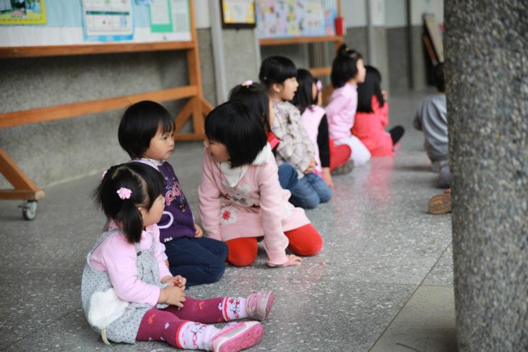 小朋友們集合了,她也在隊伍的尾端乖乖坐著,跟著這群大她一到三歲的小朋友們朗頌著三字經。