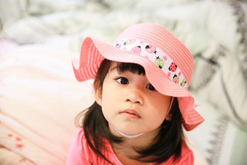 霸著她的新帽子不放。 Wear her new lovely cloche hat.