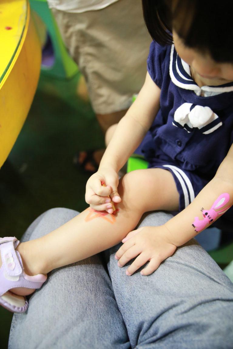 大姐姐幫她畫了隻兔子還不夠,她堅持要自己畫,只好讓她在腳上畫顆星星.....