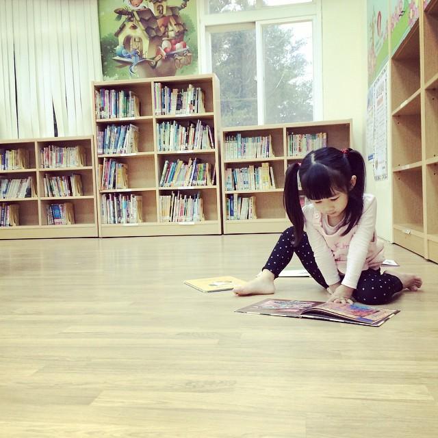 下雨天,讀書天。 raining day, reading day.