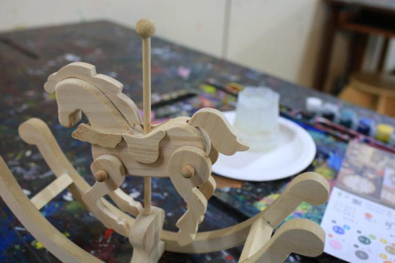 小幸福挑好要彩繪上色的小木馬