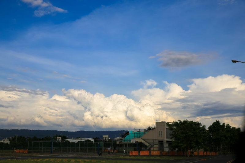 遠方的雲,小幸福開心地說,阿公就躺在上面玩耍。
