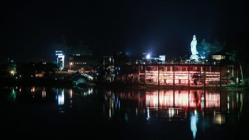 夜裡,觀音像靜靜地伴著湖景