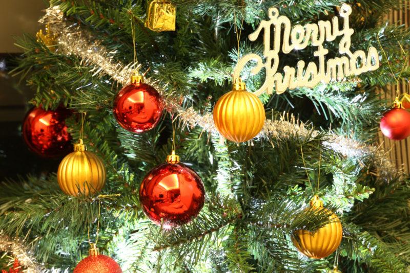 閃燈在耶誕樹裡